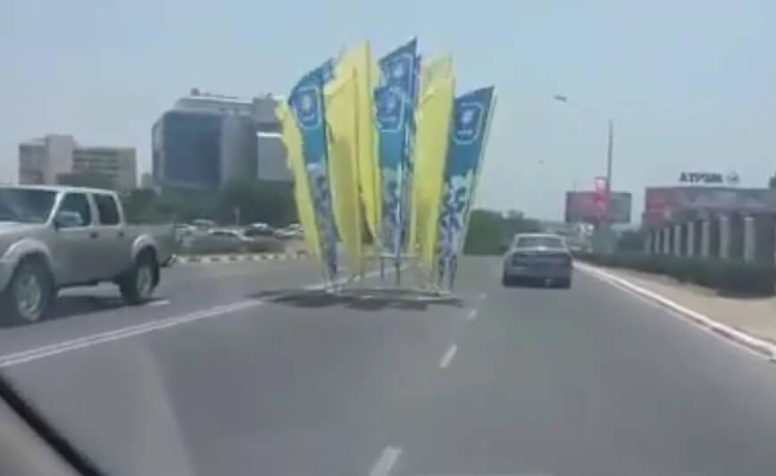 Ветром снесло флаги на проезжую часть