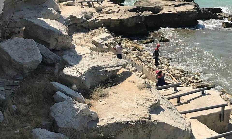 Мостик на скалах в Актау начали строить